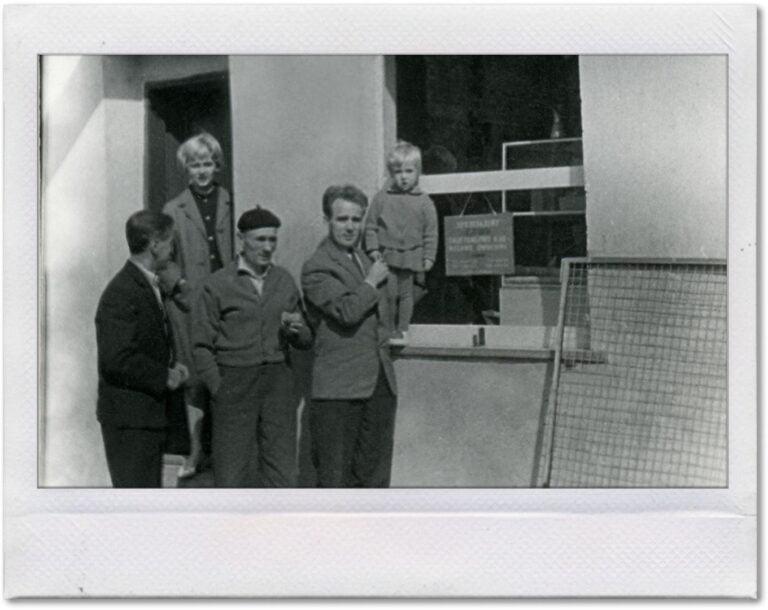 Czarno-biała fotografia pierwszych właścicieli przed lodziarnią.