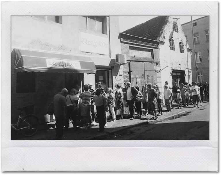 Czarno-biała fotografia kolejki dolodziarni Miś.